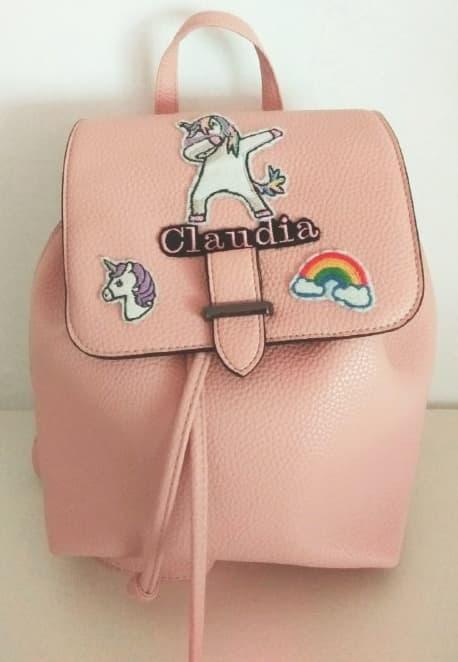 Fotografia zainetto rosa di ecopelle con toppe unicorno, arcobaleno e scritta Claudia